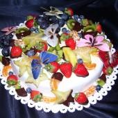 189.Dort z bílé čokolády s čerstvým ovocem a motýlky