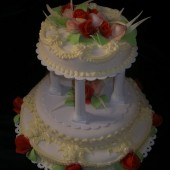 182.Svatební marcipánový dort se sloupky a růžemi zdobený krémem
