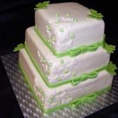 188.Čtvercový, marcipánový, vysoký dort s motýlky a mašlemi