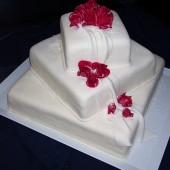 163. Čtvercový svatební marcipánový dort s růžemi a šálou