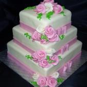 186.Čtvercový svatební marcipánový dort s mašlemi, růžemi ve dvou barvách a zelenými spirálkami