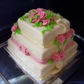 185.Čtvercový svatební marcipánový dort se šálou, mašlí a růžemi