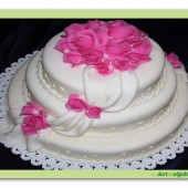 176. Svatební, kulatý marcipánový dort s růžemi, šálou a dekory
