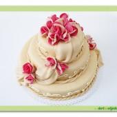165. Svatební marcipánový dort s růžemi Duo / dvoubarevnými/ a šálou
