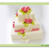 167. Marcipánový svatební hranatý dort s šálou, růžemi a mašlí