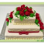 179.Svatební marcipánový dort hranatý s rudými růžemi