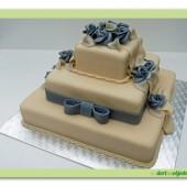 178.Svatební marcipánový dort hranatý se stříbrnými růžemi