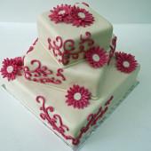 3. Svatební marcipánový dort s ornamenty a květy