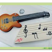 250. Marcipánový modelovaný dort – Kytara s notami