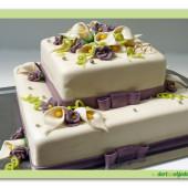 190.Svatební marcipánový dort s fialovými mašlemi a květy kaly