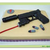264.Marcipánový dort s pistolí a laserovým zaměřovačem