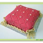 203. Marcipánový dekorativní dort – polštářek s diamanty