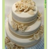 409. Svatební marcipánový dort – champagne růže