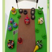 437. Marcipánový dort Angry Birds na závodišti