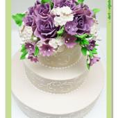 561. Marcipánový patrový dort s květy a ornamenty
