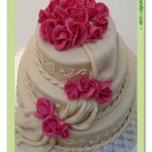 567. Svatební dort s růžemi, šálou a ornamenty