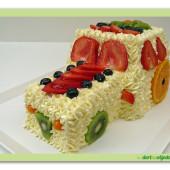 584. Traktor – krémový dort s ovocem ve tvaru traktoru