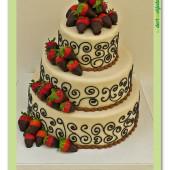 565. Svatební marcipánový dort s jahodami a čokoládovými ornamenty