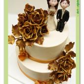 648. Zlatý svatební dort se svatebním párem